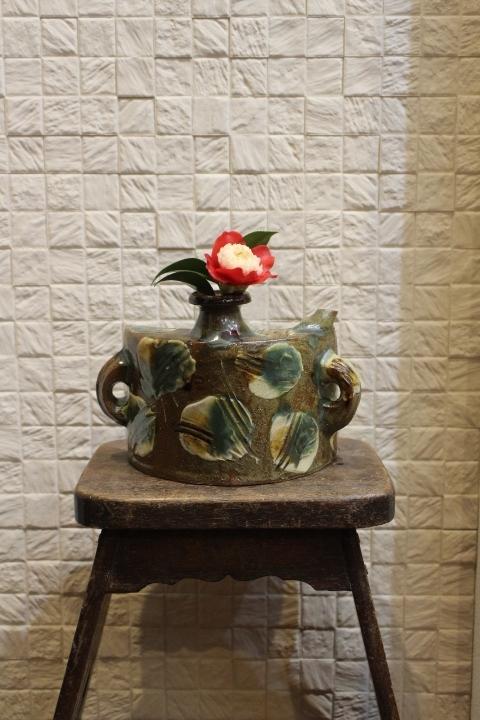 早咲の椿 (古道具の踏み臺と北窯の抱瓶) 三毛庵的生活