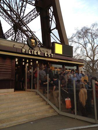 エッフェル塔第一展望臺(パリ)あまりの混雑に驚きました。この記事を見ると,行く気をなくしちゃうか ...