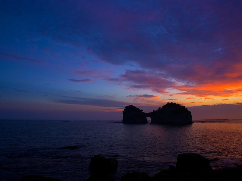 円月島の美しい夕焼け - おおさからんど・りある