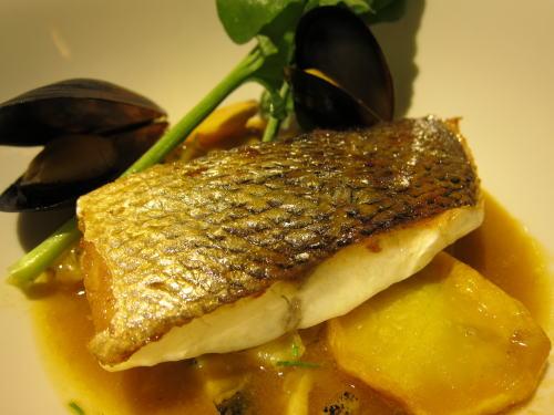 スズキのポワレ魚介の出汁スープ仕立て