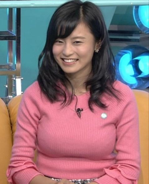 ニットを着てテレビ出演した小島瑠璃子の着衣巨乳