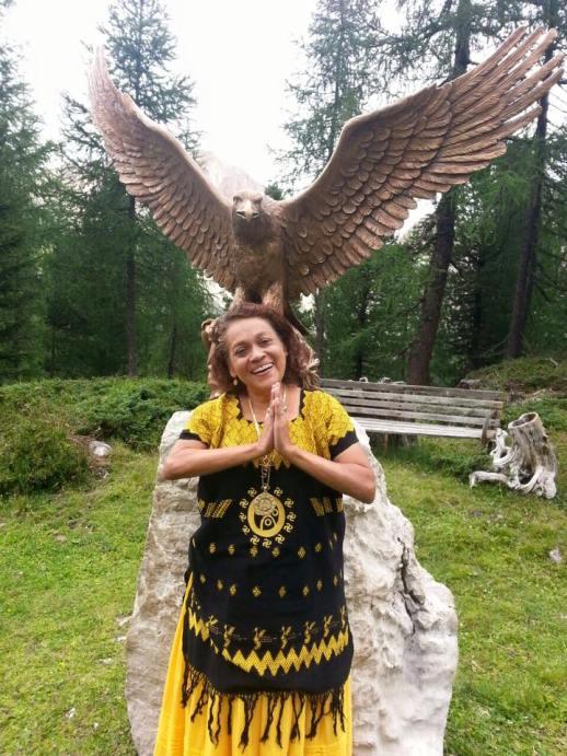 高次元の意識、叡智を意味するイヌワシの前に立つ尊母ナー・キン氏