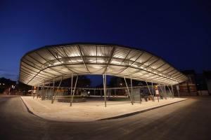 Großzügige Beleuchtung des Busbahnhofs