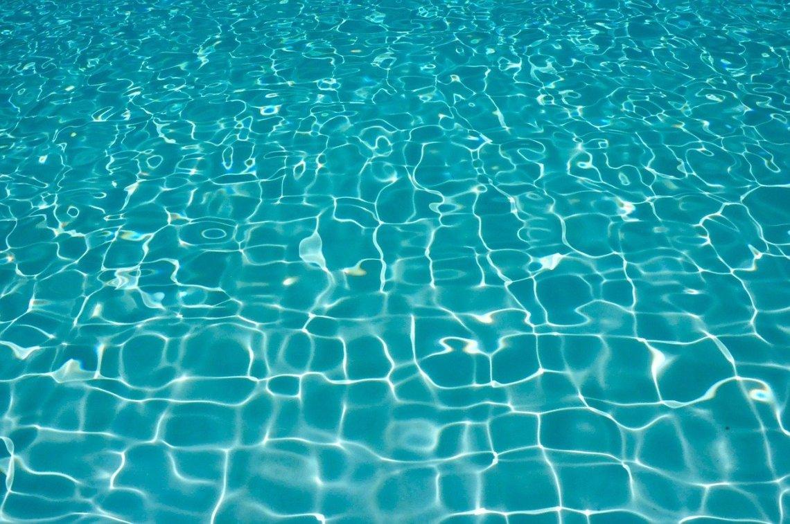 pool-758398_1280