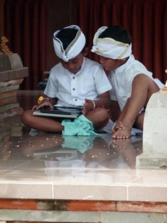 Les enfants de la famille sont en habit traditionnel (Ubud)