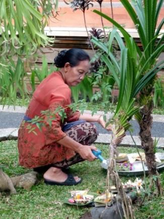 La mère de famille multiplie les offrandes (Ubud)