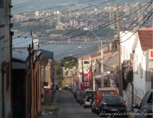 Une rue qui descend vers la mer, à Valparaiso, au Chili.
