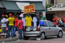 Un vendeur de maillots, le jour de match Colombie - Côte d'Ivoire.