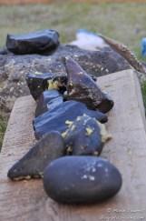 Les pierres sont rangées suintantes de graisse.