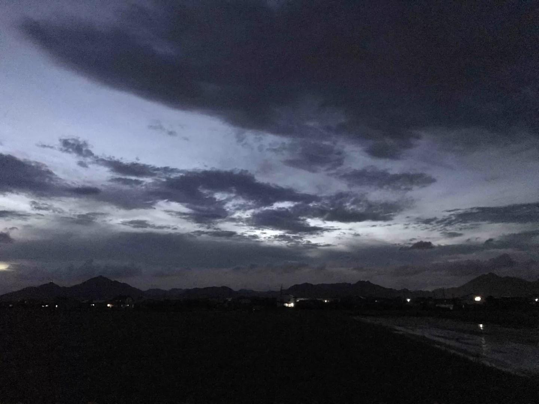 雨上がりの夜空の写真