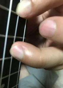 ウクレレは指を立てて弾きたい