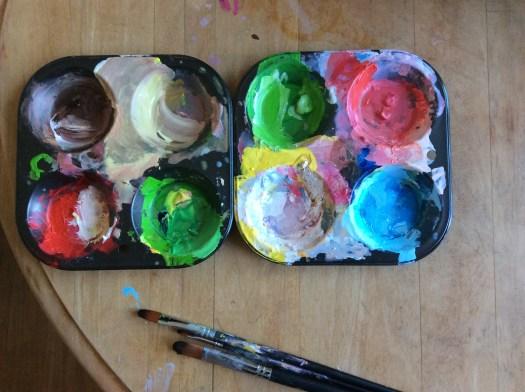 Mettez de la couleur, jouer avec les pinceaux et des couleurs