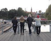 Mine to søstre (til højre) og mine niecer (til venstre) kigger udover Odense Å på en af vores gåture