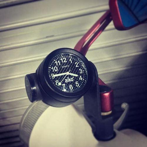 ひと月ほど電池切れで止まってて、ちょー不便だった。 #バイク #時計 #motorcycle #watch #カブ #スーパーカブ #supercub