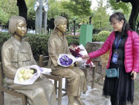 上海師範大学で除幕された慰安婦像(22日、上海で)=鈴木隆弘撮影