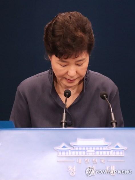 記者会見で謝罪する韓国の朴槿恵大統領=25日、ソウルの青瓦台(聯合=共同)