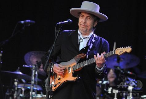 仏西部カレープルゲで開催された音楽フェスティバルに出演したボブ・ディラン氏(2012年7月22日撮影、資料写真)。(c)AFP/FRED TANNEAU