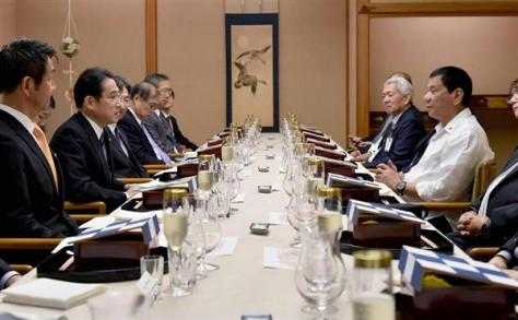 来日したフィリピンのドゥテルテ大統領(右)を夕食会で歓迎する岸田文雄外相(左) =25日午後、東京都中央区(外務省提供)