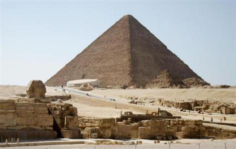 クフ王のピラミッド。左手前はスフィンクス=2015年8月、カイロ近郊ギザ(共同)
