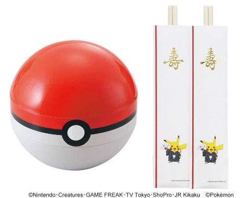 モンスターボール型の重箱(左)と、羽織はかま姿のピカチュウが描かれた箸=ノムラフーズ提供