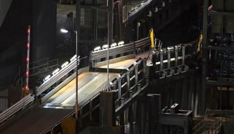 ニュージーランドでの地震で損壊した、ウェリントンにあるフェリーターミナルの橋=AP