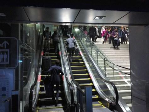 JR博多駅も一部が停電し、エスカレーターも止まっていた=8日午前8時23分、福岡市博多区、井手雅春撮影