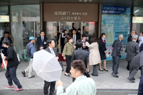 博多駅周辺の銀行でも各種取り扱いが不可となり対応に追われた=8日午前9時29分、福岡市博多区、小宮路勝撮影