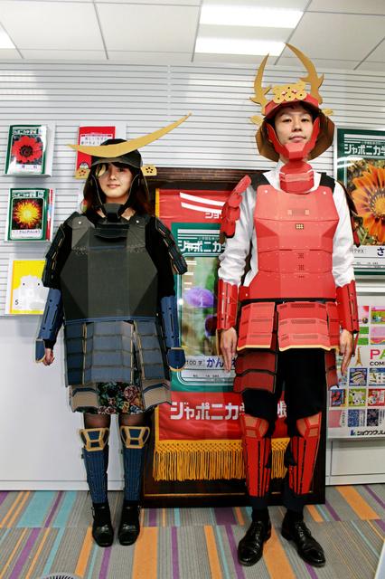 段ボール甲冑(かっちゅう、大人用)の伊達政宗タイプ(左)と真田幸村タイプ。政宗タイプは仙台、幸村タイプは長野や大阪と、いずれもゆかりの地で人気という=ショウワノート提供