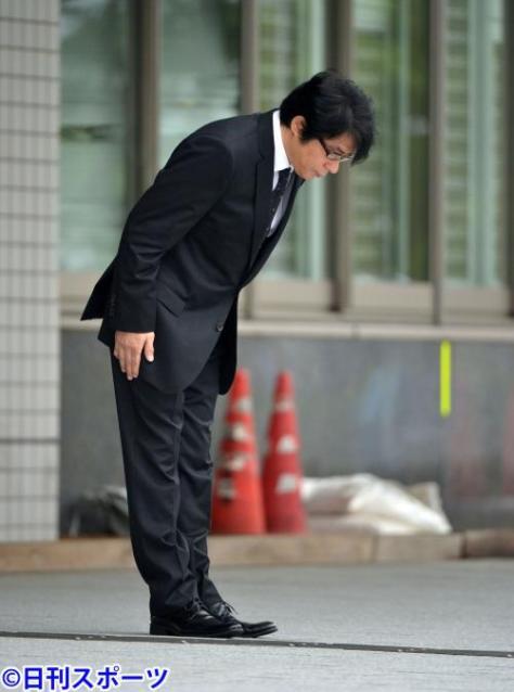 前回の逮捕後、保釈され報道陣に向かい頭を下げるASKA容疑者(写真は2014年7月3日)