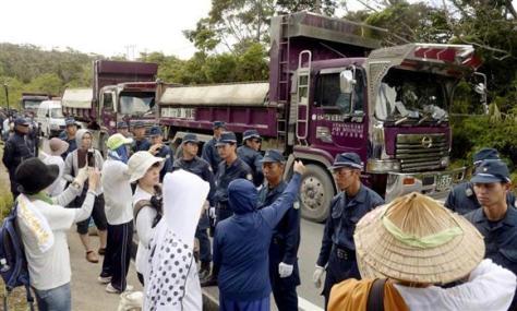 沖縄・米軍北部訓練場のヘリパッド移設工事に抗議する反対派
