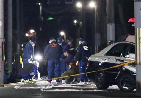 男が母子を切りつけた現場付近を調べる警察官ら=29日午後10時36分、京都市北区(寺口純平撮影)