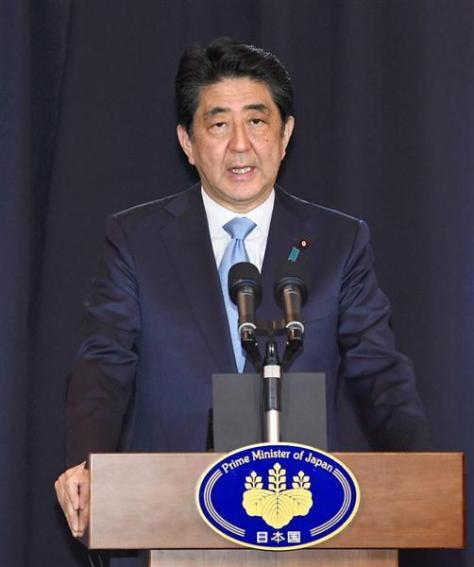 記者会見の冒頭、福島などで起きた地震について話す安倍首相=21日、ブエノスアイレス(共同)