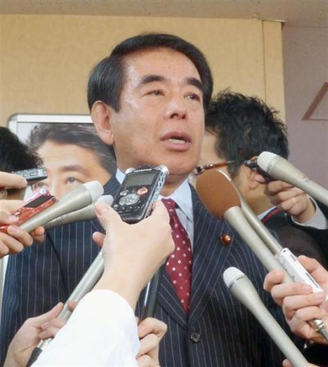 区議代表者との会談後、記者団の取材に応じる自民党東京都連の下村博文会長=28日午前、東京・永田町の党本部