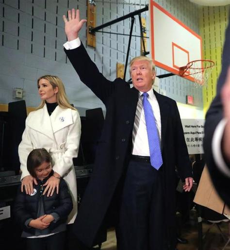 8日、ニューヨーク州で投票を終え、声援に応えるドナルド・トランプ候補(ゲッティ=共同)