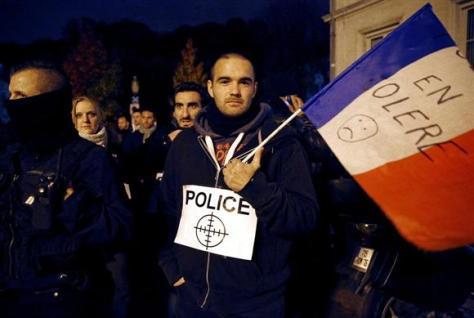 8日、パリ近郊で抗議デモに参加する警察官の男性ら(ロイター)