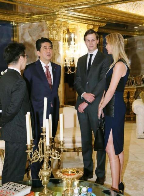 トランプ次期米大統領の娘イバンカ氏(右端)と夫のジャレッド・クシュナー氏(同2人目)と話す安倍首相=17日、ニューヨークのトランプタワー(内閣広報室提供・共同)