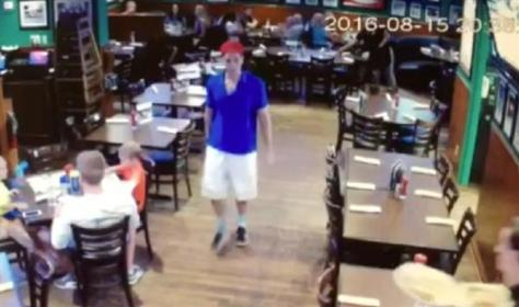 無差別で夫婦を襲って殺害し、死亡した夫の顔を食いちぎった19歳の学生がレストランから出る際の防犯カメラ映像。時間表示から、事件を起こす直前とみられる(AP)