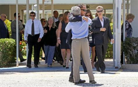 19歳の学生に殺害された夫婦の追悼式の会場から出て、2人の死を嘆く人たち。事件は無差別殺人だったことに加え、その後の猟奇的な行動が全米を震撼させた=8月19日、米フロリダ州フォートローダーデール(AP)