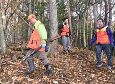 猟銃を携えた猟師とともに鹿やイノシシの痕跡を探す生徒たち=長野市(三宅真太郎撮影)