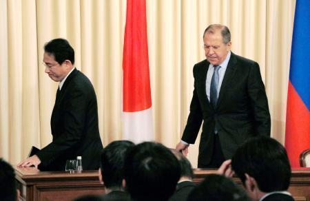 共同記者会見を終え退席する岸田外相(左)とロシアのラブロフ外相=3日、モスクワ(共同)