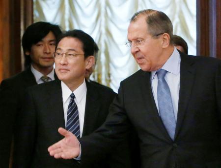 会談に臨む岸田外相(左)とロシアのラブロフ外相=3日、モスクワ(ロイター=共同)
