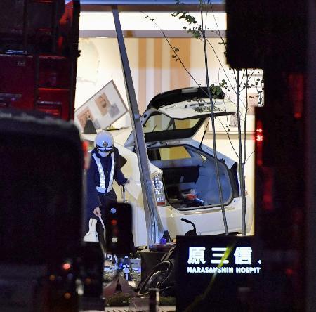 原三信病院に突っ込んだタクシー=3日午後6時35分、福岡市博多区