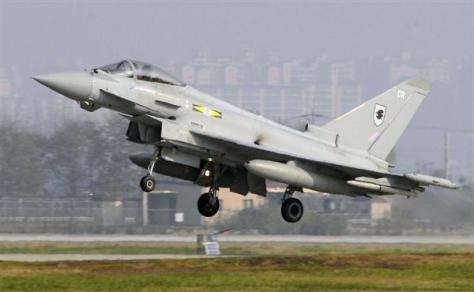 韓国の米空軍烏山基地を離陸する英軍のタイフーン戦闘機=11月8日(共同)