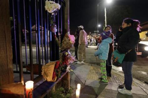 3日、米カリフォルニア州オークランドの倉庫火災の現場近くに供えられた花とキャンドル(AP=共同)