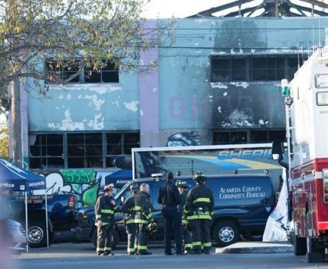 3日、米カリフォルニア州オークランドの倉庫火災現場で活動する消防士ら(UPI=共同)