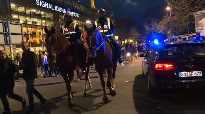 スタジアムを去るサポーターら、爆発受けドルト試合延期(AFPBB News) – Yahoo!ニュース