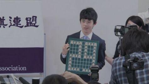 連勝記録の藤井四段が抱負「タイトルを狙える位置に」