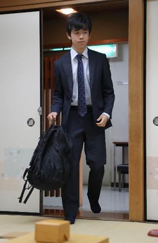 黒のリュックサックで対局場に現れた藤井聡太四段
