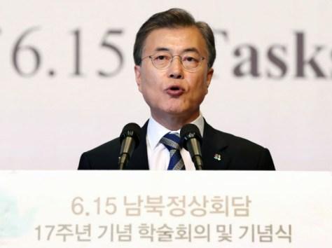 第1回南北首脳会談開催から17年を記念する式典で演説する韓国の文在寅大統領(6月15日、ソウル)=聯合・共同