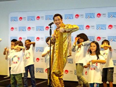 17日、ニューヨークの国連本部でSDGs普及のための替え歌を披露するピコ太郎さん(中)
